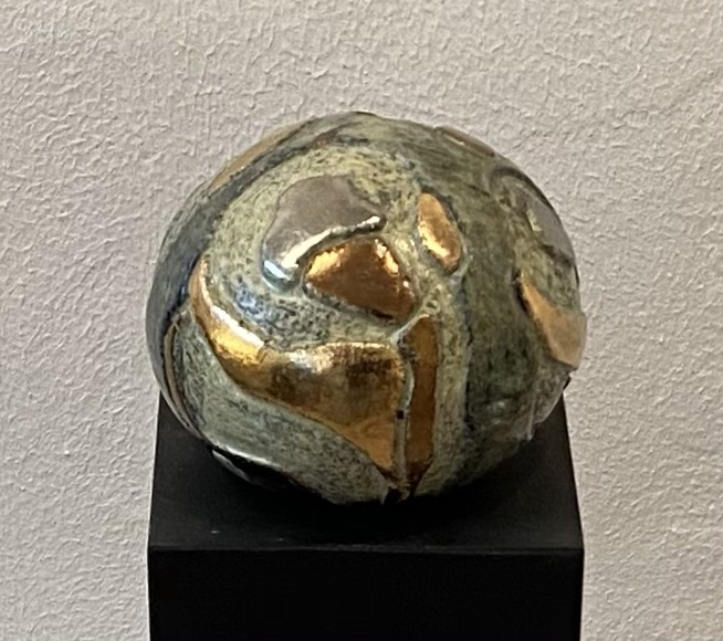 Lille gobbel m.udskæringer og metal | Keramik