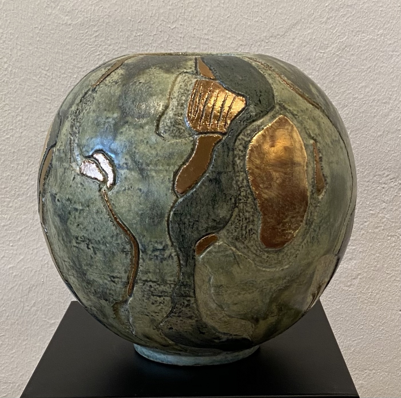 Buttet vase m.udskæringer og metal | Keramik